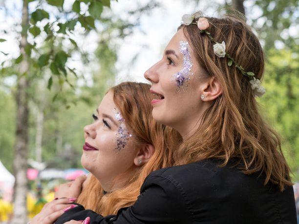 """Sohvi Heinonen, 23, Hyvinkää ja Veera Korpela, 24, Lappeenranta: """"Glitter tuo fiilistä, erilaista meininkiä kuin arkena. Yksisarviset ovat nyt se juttu, ja glitter on vähän sitä samaa. Glitterillä saa vähän sotkea, eikä haittaa, jos se leviää."""""""
