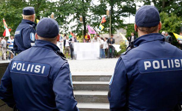 Mieleosoitusta turvaa huomattava määrä poliiseja ja järjestysmiehiä. Arkistokuva.