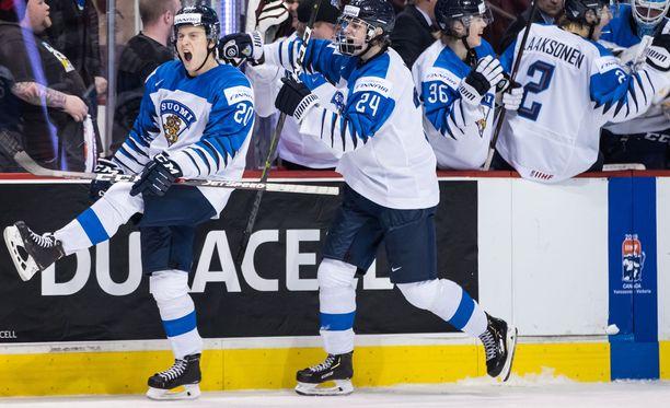 Puudutettuna pelannut Eeli Tolvanen (20) ja Kaapo Kakko (24) juhlivat Tolvasen järjestämää 1-1-tasoitus puolivälieräottelussa Kanadaa vastaan.