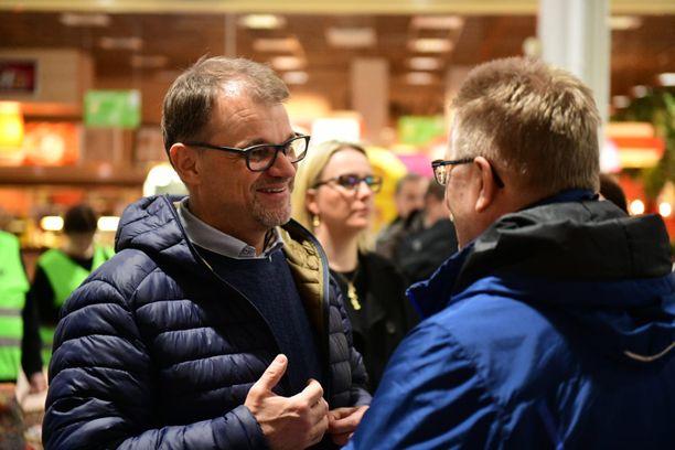 Juha Sipilä esiintyi Forssan Prismassa vaalitilaisuudessa helpottuneena ja hyväntuulisena.