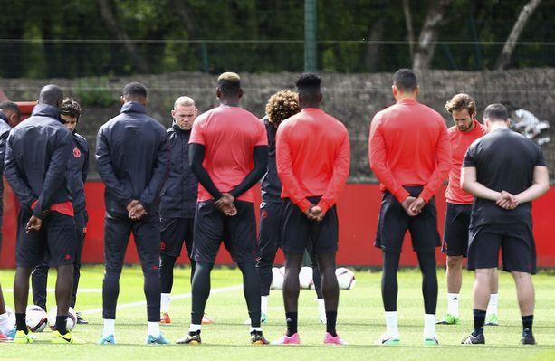 Manchester United aloitti päivän hiljaisella hetkellä.