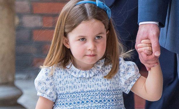 Charlotte hurmasi pikkuveljensä kastejuhlassa.