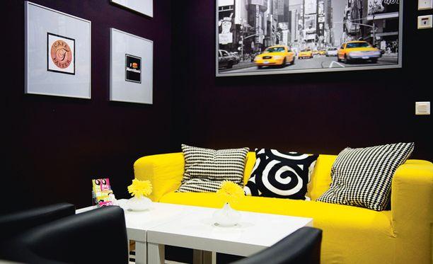 Tästä kaikki alkoi. Remontin ensimmäinen kohde oli toimiston aulatila, joka sisustettiin yrityksen logon väreillä.