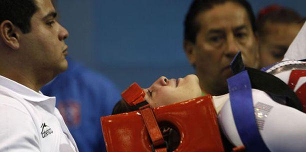 Collantesin niska tuettiin huolella, ja hänet kuljetettiin varovaisesti sairaalahoitoon.