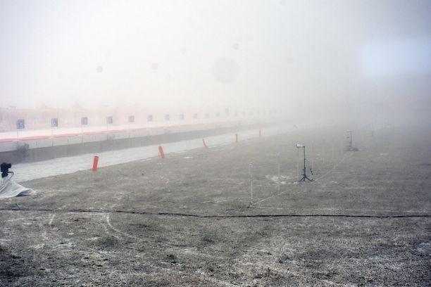 Ampumapenkalla Sloveniassa oli sumua keskiviikkona. Miesten 20 kilometrin kilpailu peruttiin.
