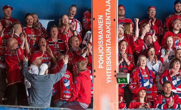 HIFK-fanit kuittailivat tamperelaisille. Kuva edellisestä pudotuspelisarjasta.