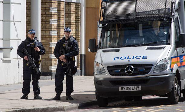 Lontoon poliisi on tehnyt maanantaiaamulla lisää ratsioita.