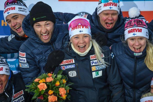 Olli Hiidensalo (vas.), Jarkko Siltakorpi (Mäkäräisen puoliso), Jaakko Ranta ja Suvi Minkkinen juhlistivat Kaisa Mäkäräisen (kesk.) uran päätöstä.
