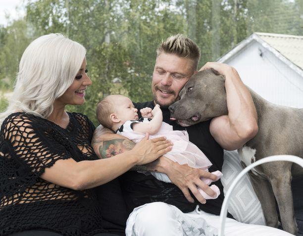 Aki Manninen ja Rita Niemi-Manninen Porissa kotonaan kesällä 2019. Akin sylissä pieni Donna.