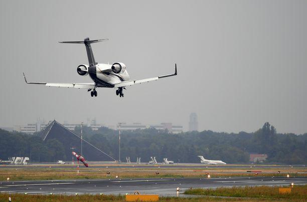 Navalnyin kone laskeutui Tegelin lentokentälle lauantaiaamuna.