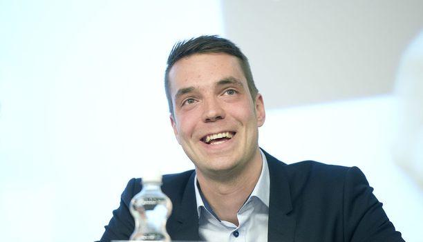 Keskustan puoluesihteeri Jouni Ovaska pahoittelee kuvamokaa.