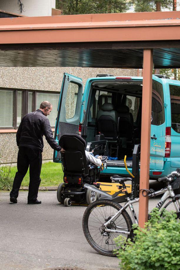 Monet takseja tarvitsevat vanhukset ja vammaiset ovat raivoissaan.