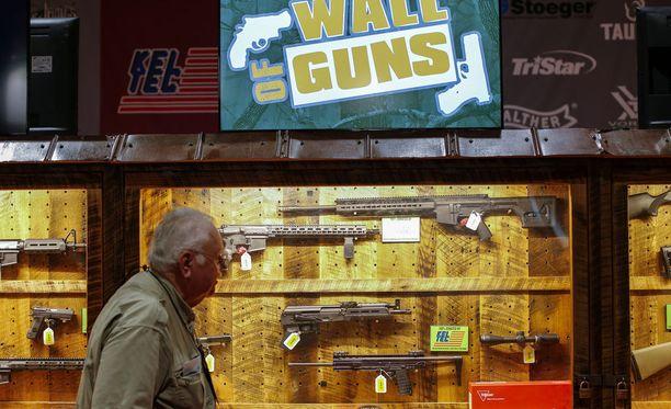 Tapahtumakävijä tutkailee NRA:n vuotuisessa kokouksessa aseita. Tänä vuonna kokous pidettiin Atlantassa, Georgiassa huhtikuussa. Paikalla vieraili myös presidentti Donald Trump.
