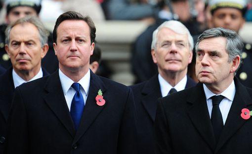 Tapana on, että myös nykyinen ja entisen pääministerit osallistuvat seppeleen laskuun. Kuvassa Tony Blair (vas.), David Cameron, John Major ja Gordon Brown.