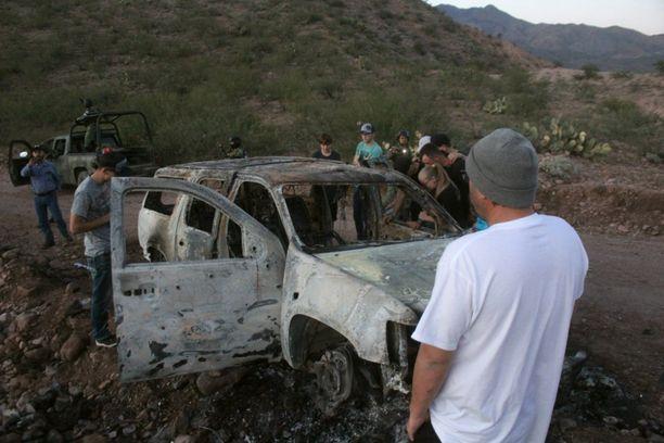 LeBaronin perheen jäsenet tutkivat autoja, joissa surmatut olivat matkustaneet Meksikossa 6. marraskuuta. Yhdeksän perheeseen kuuluvaa tapettiin 4. marraskuuta.
