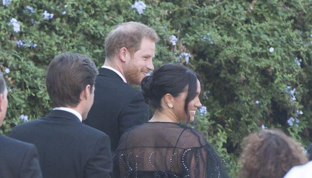 Paparazzit saivat herttuaparista kuvia vain takaa.