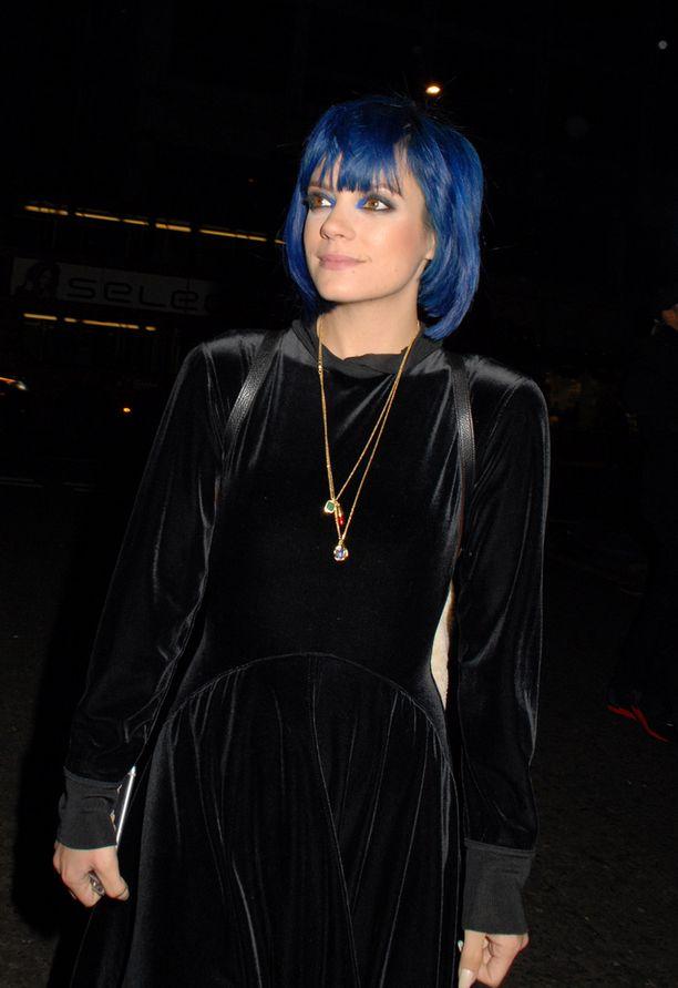 Lily edusti joulukuun alussa kosmetiikkamerkin tilaisuudessa yksinään.