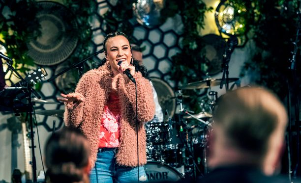 Mira Luoti sai innoituksen kappaleeseen omista rankoista nuoruuden kokemuksistaan.