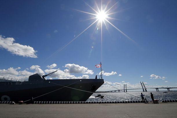 Pietarissa pidetään paljon laivastoparaateja. Kuvassa Admiral Grigorovich -laiva kansainvälisessä laivastoparaatissa 28. kesäkuuta 2017.