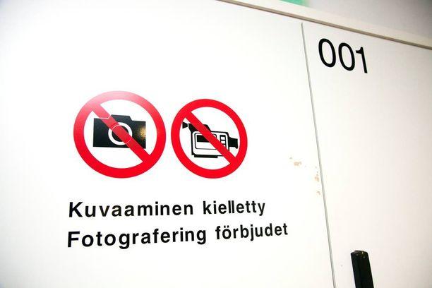 Naisen julmaa pahoinpitelyä ja pitämistä vankina sohvalaatikossa käsiteltiin keskiviikkona Helsingin käräjäoikeuden turvasalissa maan alla. Nainen itse kertoi tapahtumista erillisestä huoneesta turvalasin takaa.
