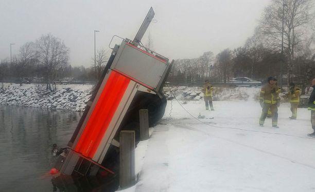 Säiliöauto valui mereen Kuusisaarentien ja Pikkuniementien kohdalla.
