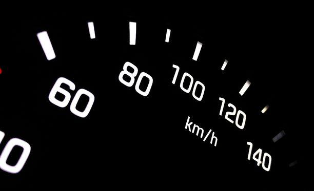 Miehen nopeus ylitti tämän mittarin asteikon.