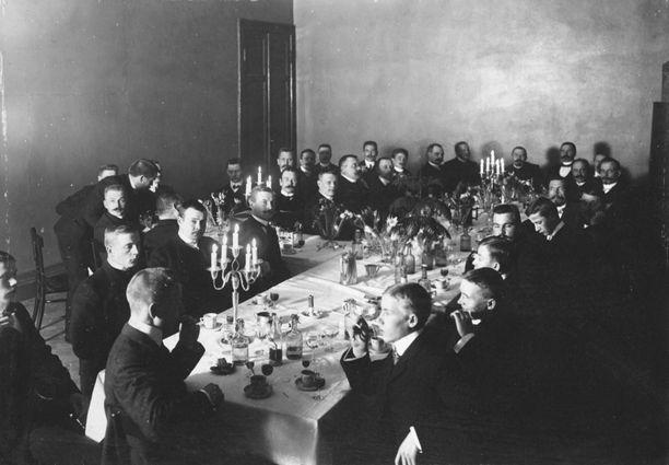 Juhlaillallisille osallistui pääosin herraseurueita.