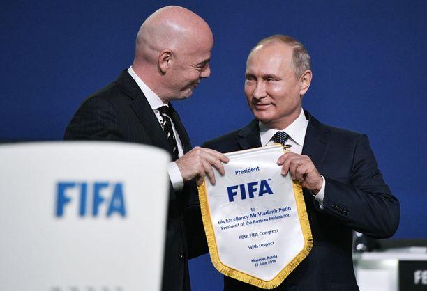 Kansainvälisen jalkapalloliiton presidentti Gianni Infantino ja Venäjän presidentti Vladimir Putin tapasivat MM-kisojen avajaisten aattona Moskovassa.