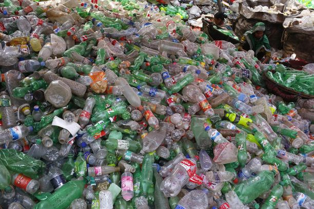 Maailma hukkuu muoviin. Kuva on Bangladeshin Dhakasta tehtaasta, jossa muovipulloja kierrätetään.