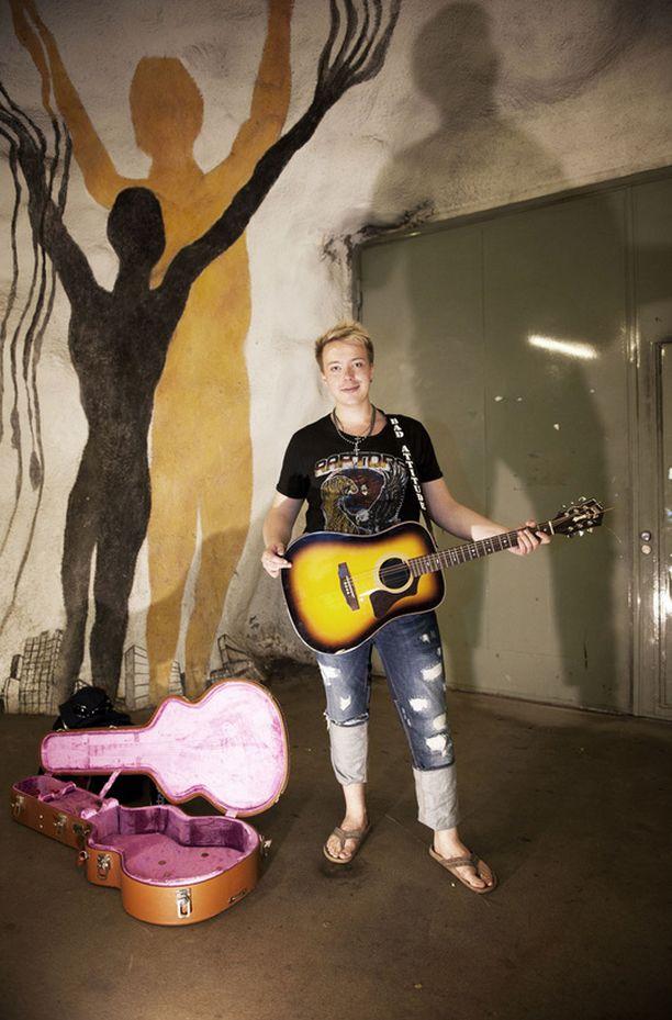 X Factor -kisan voittanut Elias Hämäläinen musisoi kadulla.