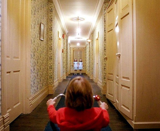 Danny Lloydin näyttelemä Danny näkee tytöt käytävän päässä.