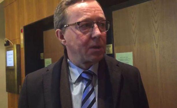 Elinkeinoministeri Mika Lintilä poistui pettyneenä keskustan vaalivalvojaisista jo ennen kuin kaikki äänet oli laskettu.