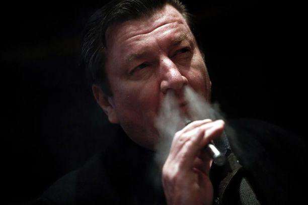Kaurismäki kuvattiin tapahtumassa tuttuun tapaan tupakkaa polttelemassa.