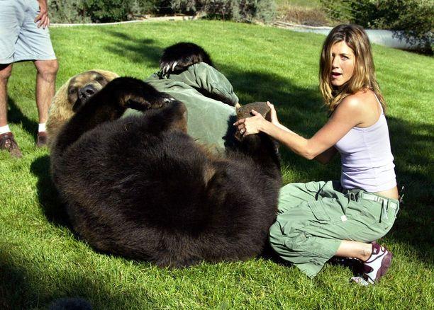 Jennifer ja ajan hengen mukaiset cargo-housut Animal Planet-sarjan kuvauksissa vuonna 2005.