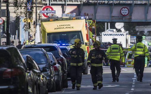 """Silminnäkijät kuvailevat paniikkia Lontoon metrossa: Ihmisiä tallaantui - """"juoksimme henkemme edestä"""""""