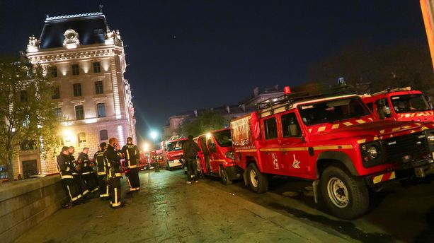 Paloautojen on vaikea liikkua ruuhkautuneessa Pariisissa.
