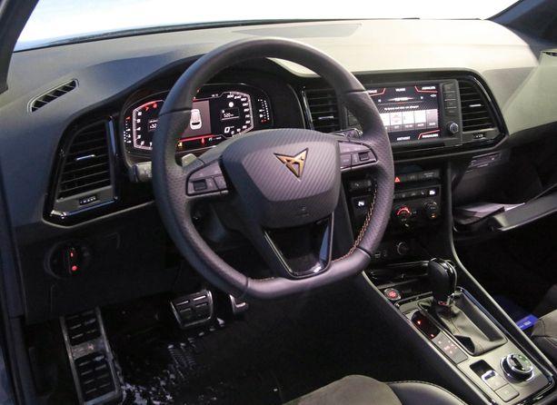 Alta paistaa VW-konsernin tuttu kojelauta, mutta Cupra-tuunauksella ilme on uusi.