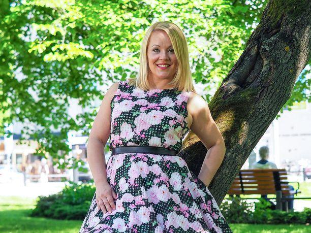 Laulaja Heidi Pakariselle kokko on ehdoton osa juhannuksenviettoa.