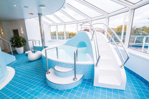 Silja Symphonyn kylpyläosastolta löytyy vesiliukumäki.