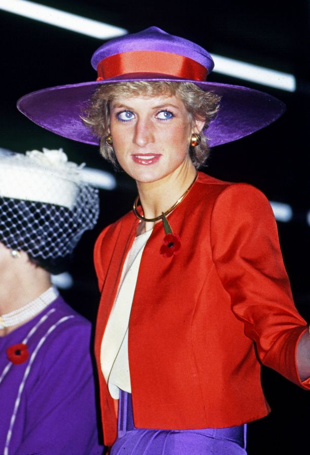 Punaisen ja violetin sävyt kuuluivat väreihin, joita Diana käytti useissa eri yhteyksissä.