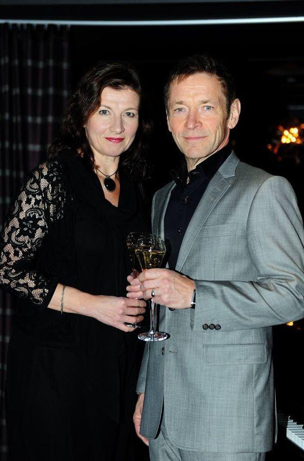 Kaija Kärkinen ja Ile Kallio ovat sekä työ- että aviopari. He esiintyvät duona pienimuotoisilla keikoilla. Kuva helsinkiläisbaarin avajaisista syyskuulta 2013.