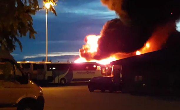 Raju tulipalo tuhosi useita linja-autoja varikolla Vantaalla.
