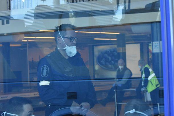 Viranomaiset olivat Oulun lentokentällä Krabin-lentoa vastassa.