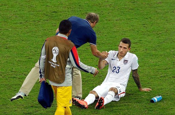 USA-luotsi Jürgen Klinsmann lohdutti Fabina Johnsonia musertavan tasapelin jälkeen.