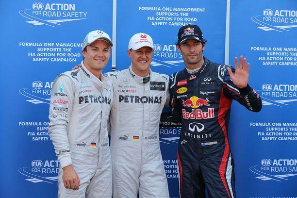 Michael Schumacher (kesk.) ja Mark Webber (oik.) olivat aikoinaan kilpakumppaneita.