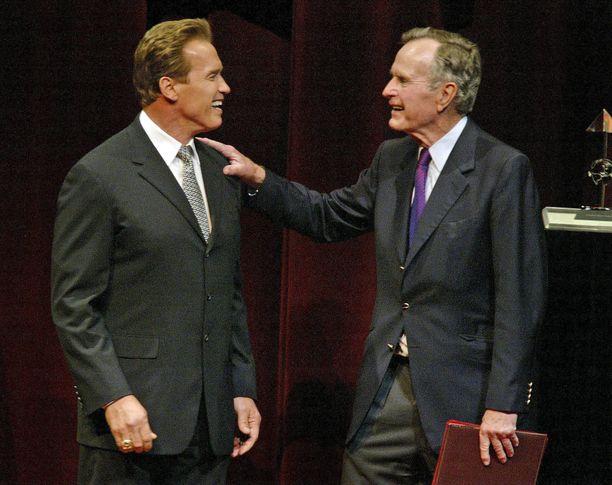 Arnold Schwarzenegger ja George Bush säilyivät ystävinä presidentin kuolemaan saakka. Tämä kuva on otettu vuonna 2004.