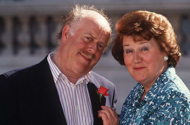 Patricia Routledge tähditti BBC:n hittisarjaa Pokka pitää vuosina 1990–1995. Kuvassa televisiopuoliso Clive Swift.