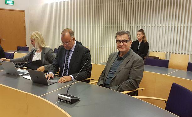 Lääkäri Antti Heikkilä vaikutti hyväntuuliselta ja luottavaiselta ennen oikeudenkäynnin alkamista.