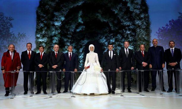 Sümeyye Erdogan ja hänen miehensä Selcuk Bayraktar avioituivat lauantaina. Kuvassa kolmantena vasemmalta eroilmoituksensa antanut pääministeri Ahmet Davutoglu. Morsiamen vieressä Turkin ex-presidentti Abdullah Gül.