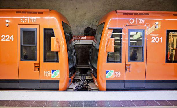 Metrovaunujen väliin pudonnut nainen pelastui täpärästi.